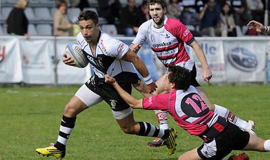 Antoine Sanchez intenta irse de un defensor hernaniarra. Foto J.L. Useros